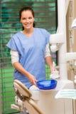 Assistente femminile del dentista a sorridere di ambulatorio dentale fotografie stock libere da diritti