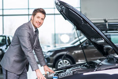 Assistente profissional da venda que trabalha na feira automóvel Fotos de Stock Royalty Free