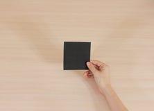 Assistente que guarda o papel preto quadrado no assistente leaflet fotos de stock
