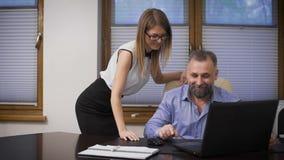 Assistente sexy ed il suo capo La scena nell'ufficio, giovane segretario, aiuta l'affare anziano con il direttore della a archivi video