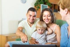 Assistente social e família nova imagens de stock royalty free