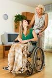 Assistente sociale e ragazza disabile Fotografie Stock Libere da Diritti