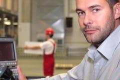 Assistente tecnico al pannello di controllo in fabbrica fotografia stock libera da diritti