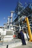 Assistente tecnico all'interno della olio-raffineria fotografia stock