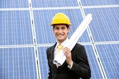Assistente tecnico alla stazione di energia solare immagini stock