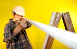 Assistente tecnico che controlla elemento Fotografia Stock