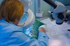 Assistente tecnico che controlla mainboard del calcolatore Fotografia Stock Libera da Diritti