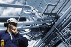 Assistente tecnico che lavora all'interno dell'industria petrolifera fotografia stock
