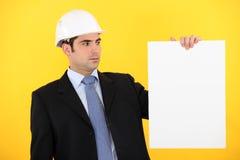 Assistente tecnico che ostacola un segno in bianco Fotografie Stock