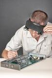 Assistente tecnico che ripara il circuito Fotografie Stock Libere da Diritti