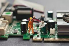 Assistente tecnico che ripara il circuito Concetto di riparazione del calcolatore Fotografia Stock