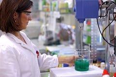 Assistente tecnico chimico femminile in laboratorio Fotografie Stock Libere da Diritti