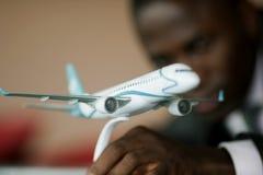 Assistente tecnico con il suo modello dell'aeroplano Immagini Stock Libere da Diritti