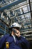 Assistente tecnico con il telefono mobile Fotografia Stock Libera da Diritti