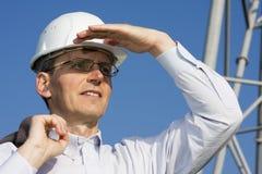 Assistente tecnico davanti a costruzione d'acciaio Fotografia Stock Libera da Diritti