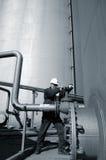 Assistente tecnico ed immagazzinamento in e conduttura il serbatoio di combustibile Fotografie Stock