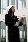 Assistente tecnico femminile che controlla con il cappello duro Fotografie Stock Libere da Diritti