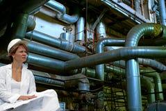 Assistente tecnico femminile con le cianografie industriali Fotografia Stock