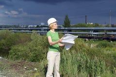 Assistente tecnico o architetto della donna con il cappello di sicurezza bianco Immagine Stock Libera da Diritti