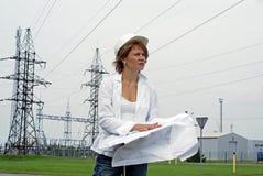 Assistente tecnico o architetto della donna con le illustrazioni Fotografia Stock Libera da Diritti