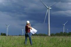 Assistente tecnico o architetto della donna con le turbine di vento Fotografia Stock