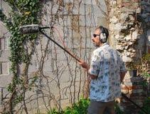 Assistente tecnico sano con il microfono del fucile da caccia Immagini Stock