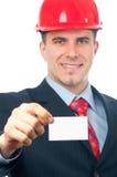 Assistente tecnico sorridente bello che mostra biglietto da visita Fotografia Stock Libera da Diritti