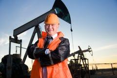 Assistente tecnico in un giacimento di petrolio Fotografie Stock Libere da Diritti