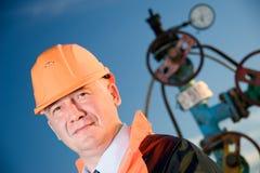 Assistente tecnico in un giacimento di petrolio Fotografia Stock Libera da Diritti