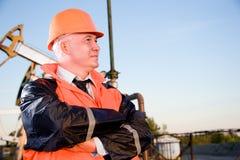 Assistente tecnico in un giacimento di petrolio Immagini Stock