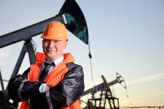 Assistente tecnico in un giacimento di petrolio Fotografie Stock