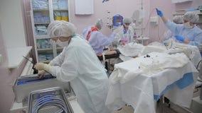 Assistenten för kirurg` s skjuter den endoscopic utrustningen in i behållaren, efter operationen har avslutats arkivfilmer