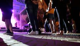 Assistenten nahe bei Musikstadium an FiraB-Festival in Mallorca stockfotos
