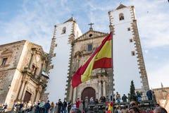 Assistentes com as bandeiras da Espanha à reunião do Vox, partido espanhol do extrema direita, com seu líder Santiago Abascal imagens de stock royalty free