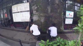 Assistentes da loja que limpam lojas de lembrança dentro do século XVI a cidade murada filme