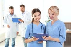 Assistentes médicos e doutores na clínica fotografia de stock royalty free