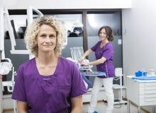 Assistentes seguros que sorriem no dentista Clinic fotografia de stock