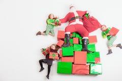 Assistenti del ` s di Santa che lavorano al polo nord Lui lista di desideri della lettura Fotografie Stock Libere da Diritti