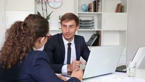 assistenti maschii e femminili di affari felici due archivi video