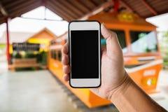 Assistentinnehav genom att använda smartphonen med den svarta skärmen på Abstrac Royaltyfria Foton