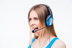 Assistentoperatör för ung kvinna som ropar i hörlurar med mikrofon Royaltyfri Foto