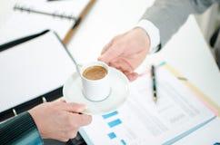 Assistenz-Angebotkaffee zu ihrem Chef Stockfoto