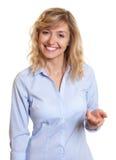 Assistenza d'offerta della donna di affari attraente Fotografie Stock