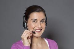 Assistenza del servizio d'assistenza da un consulente femminile d'accoglienza Fotografia Stock Libera da Diritti