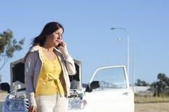 Assistenza della strada di ripartizione dell'automobile della donna fotografie stock libere da diritti