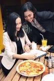 Assistenza professionale di affari in ristorante Immagini Stock Libere da Diritti