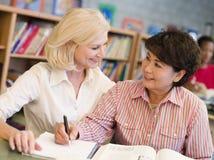 assisting library mature student tutor Στοκ Φωτογραφία