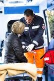 assistting的被伤害的医务人员妇女 库存照片
