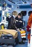 assistting поврежденная женщина медсотрудника Стоковое Изображение RF