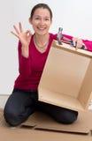 Assmbling Möbel der attraktiven Frau Stockfotografie